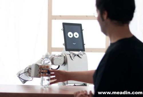 德国酒吧智能机器人招待:看眼神上酒水
