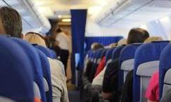飞机经济舱越来越挤 忍下去or