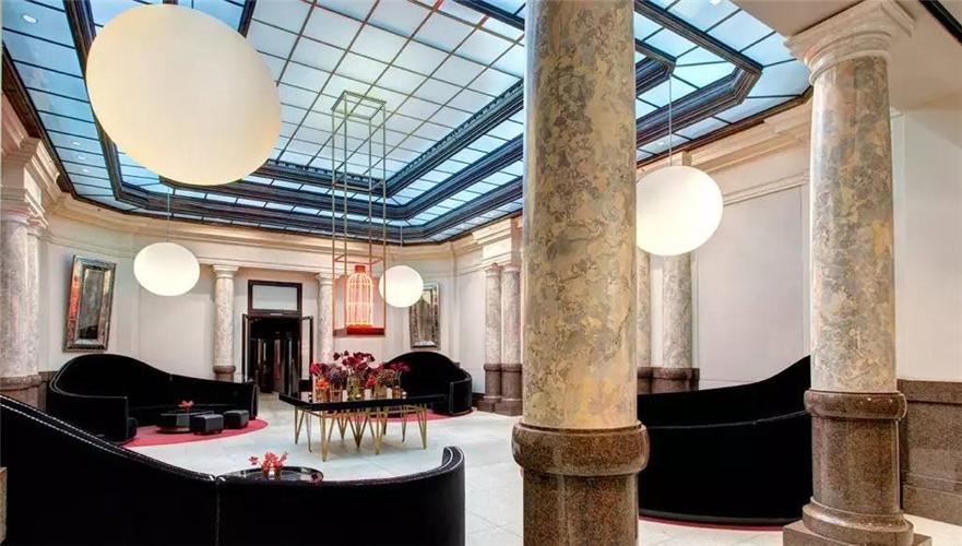 1、柏林 Hotel de Rome  洛克·福特(Rocco Forte)的Hotel de Rome充分利用德雷斯顿银行1889年在柏林建筑的总部遗址。昔日的银行大堂今天是提供下午茶的休闲廊;金库变成了拥有6间理疗室的SPA;出纳大厅则是酒店的成为了拥有马赛克地板的宴会大厅,用银行四个主要支行的名字命名:德雷斯顿、不来梅、伦敦与柏林。    尽管大多数的客房都是现代而优雅的风格,但四个历史性的套房仍然保留着独特的细节——从皮革包裹的大门到镶木地板、橡木与桃花心木的装饰墙板以及古特曼套房中二战留下的弹片痕迹。
