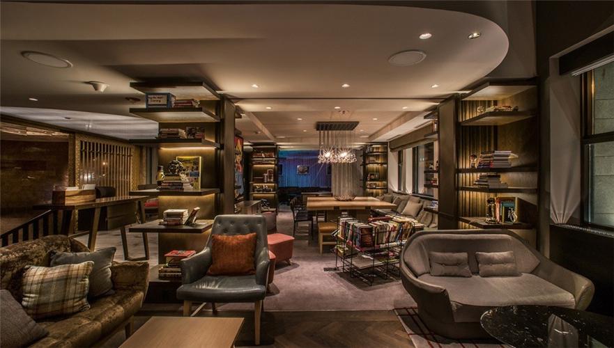 """2、芝加哥 Virgin Hotel  理查德·布兰森的第一座城市酒店位于古老的Dearborn银行大厦内,一座1928年建成的装饰主义建筑。客人们首先在一个古老的雪茄吧台前办理手续,之后沿着红樱桃木的台阶前往装饰着黄铜的电梯。建筑细节从内到外充满了历史感,从时髦的酒吧到煞费苦心修复的方格式木质天花板。    当然布兰森先生不会放过在这样一个空间里灌输他的新奇想法——从名为""""羽毛室""""的空间(因为室内的长绒地毯而命名)到LUCY,酒店的APP,你可以使用它调整室内的温度或是预订餐厅的位置。要是它能帮助你在银行存款就更好了。"""