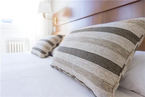 一条脏床单足以毁掉你对民宿的所有想象