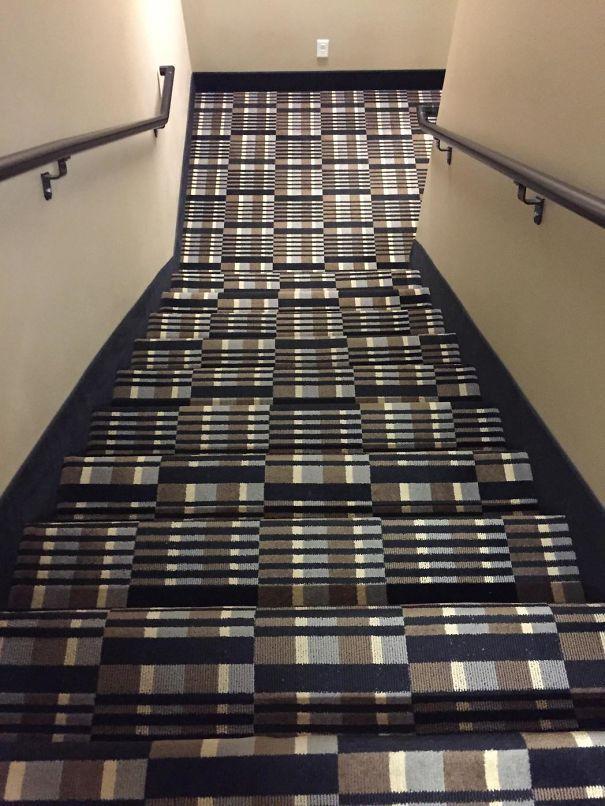 这样的地毯,在各种酒店都很常见吧,但是,用到楼梯上,就有点反人类了~