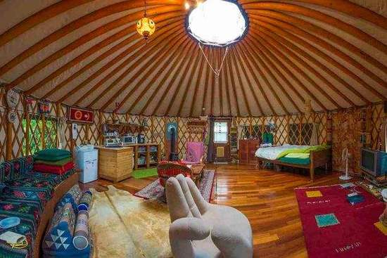 推荐榜单第二位:日本关东地区的Tokyo Yurt(东京帐篷)。这座舒适的帐篷属于Reef Break度假村,坐落在郁郁葱葱的绿色山谷里。游客在这里可以坐享太平洋无与伦比的景色。同时游客也能在这里享受专业级的按摩和针灸治疗,甚至可以在林间做瑜伽,感受大自然。租住帐篷的价格为每晚116英镑。