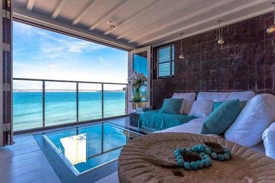 推荐榜单第一位:英国康沃尔郡St Ives小镇的Black Moon海滨公寓。游客可以从这间公寓看到Bamaluz沙滩的美景,客厅的落地窗让绝美的海景一览无遗,客厅中间还铺设了玻璃地板,透过玻璃能直接看到沙滩。这间公寓租住的价格为每晚232英镑(1英镑约合8.81元人民币)。