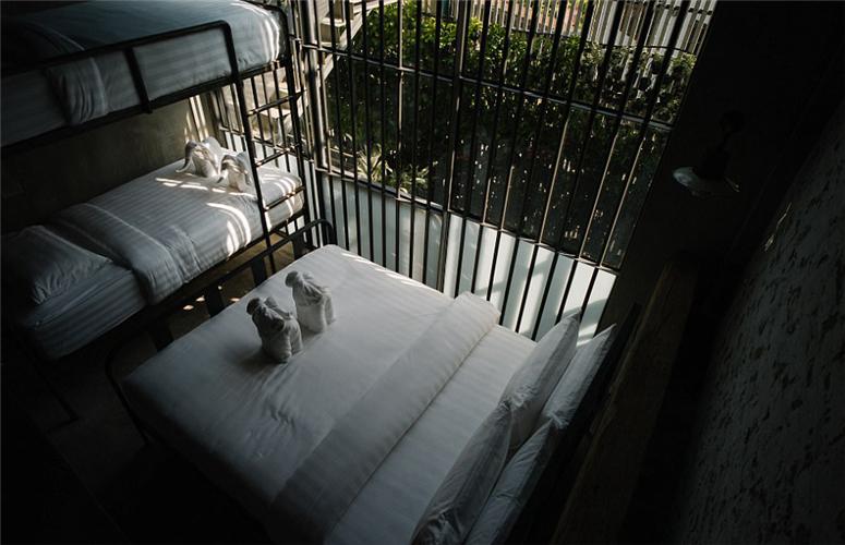 """泰国最近有一家监狱主题的酒店新开张,以每晚折合263元人民币的价格为敢于冒险的顾客提供一种不同的""""监狱式""""住宿体验。"""