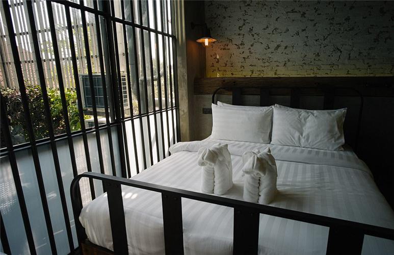 酒店房间则由金属栏杆为门,床也是监狱里常见的双层铁管床,每个标准间仅有8平米。
