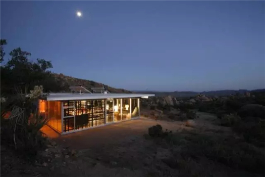 "TOP10.Off-grid It House   生长在荒原的绿色房子   Off-grid It House在遥远的加州沙漠高原,虽然周边比较荒芜,但是屋子却很现代,完全不用担心舒适度的问题。它秉承""绿色环保""的原则,用太阳能发电来提供热水和电源。"