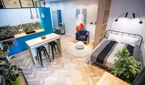 居住在小平米家中,不代表就要放弃室內设计。小空间若是杂乱无章,会给人一种逼仄感,不仅影响人的心情,久了也会影响一个人的气质;室内设计则是把有限的空间利用到最大化,给人以舒适的生活空间。
