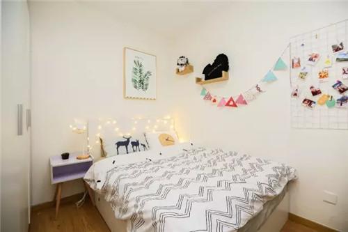 原来床头是天蓝色的墙壁,我们用了米白色墙纸覆盖,这样空间看起来有延伸效果,更开阔点。配上绿植挂画和北欧风床品四件套,整个房间一下子生动起来。