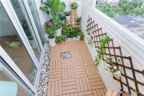 充分利用阳台空间,打造生态花园和休闲区,又不影响原来的晾晒功能。改造后的阳台,充满着生活的蓬勃朝气。