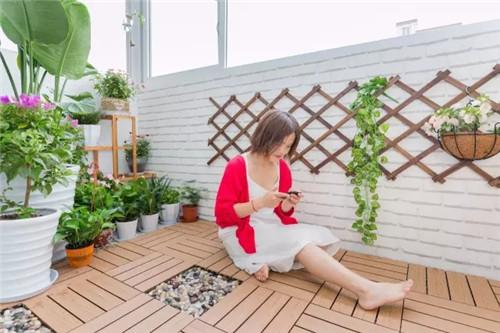 阳台原来地面是瓷砖,在打造生态花园的主题上格格不入,于是我们铺上了直条防腐木,在缝隙位置用鹅卵石填补,既防水又美观。