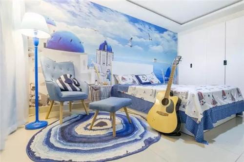 """因为房间面积还算宽敞,在原来的床+衣柜+书桌的标配上,我们又打造了一个沙发+地毯+落地灯的休闲区。沙发是提升居住幸福感的利器,再搭配""""蓝洞""""地毯,坐在这边看书玩手机什么的都很巴适!"""