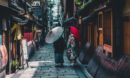 """每个床位不到180元 中国游客激增的日本兴起""""蚁族""""式民宿"""