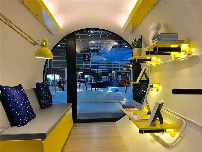 房屋内部设施功能齐全,有一个客厅,里面有一张可以变成床的沙发和迷你冰箱等,还有厨房卫浴设施。