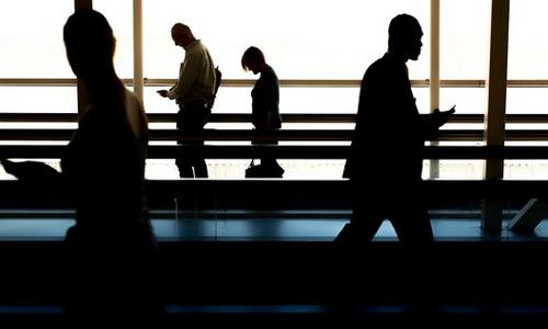 机场科技越来越先进 但乘客却只想快点办完手续