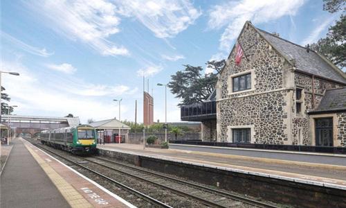 五星级度假屋建在铁路站台上 每晚1000块听火车哐当声