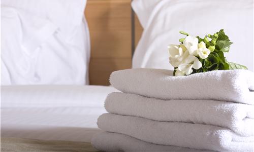 记者卧底连锁酒店客房:刻意遮盖床单污渍、血渍