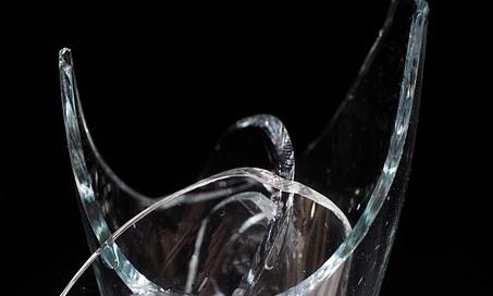 淋浴间玻璃爆裂伤人 酒店该担何责?