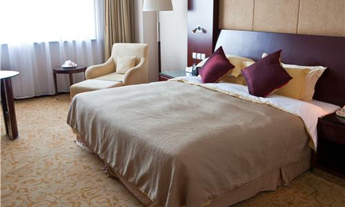 """男子网上定长沙""""豪华大床房"""" 酒店竟是一片荒地"""